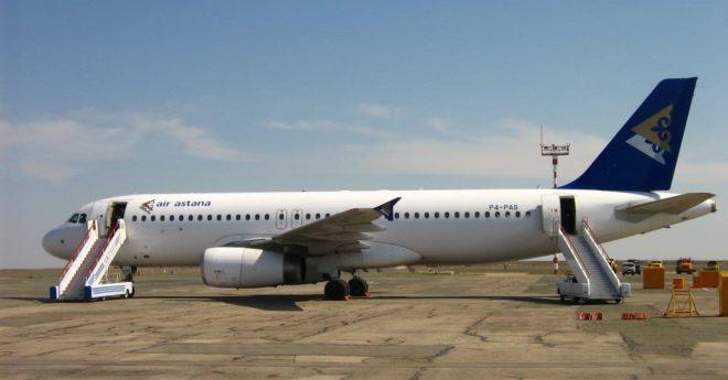 Аэробус А320-232 авиакомпании ЭйрАстана на ВПП в Актау