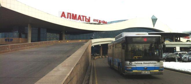 Автобусная остановка перед терминалом